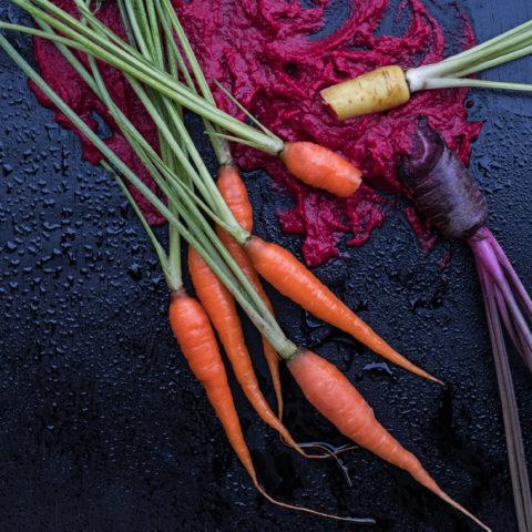 Foodfotografie und Foodstyling mit Karrotten & Randen Hummus